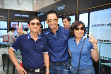 Những hình ảnh khách hàng đến tham quan và mua sắm trong ngày khai trương Eyewear STORE Sài Gòn