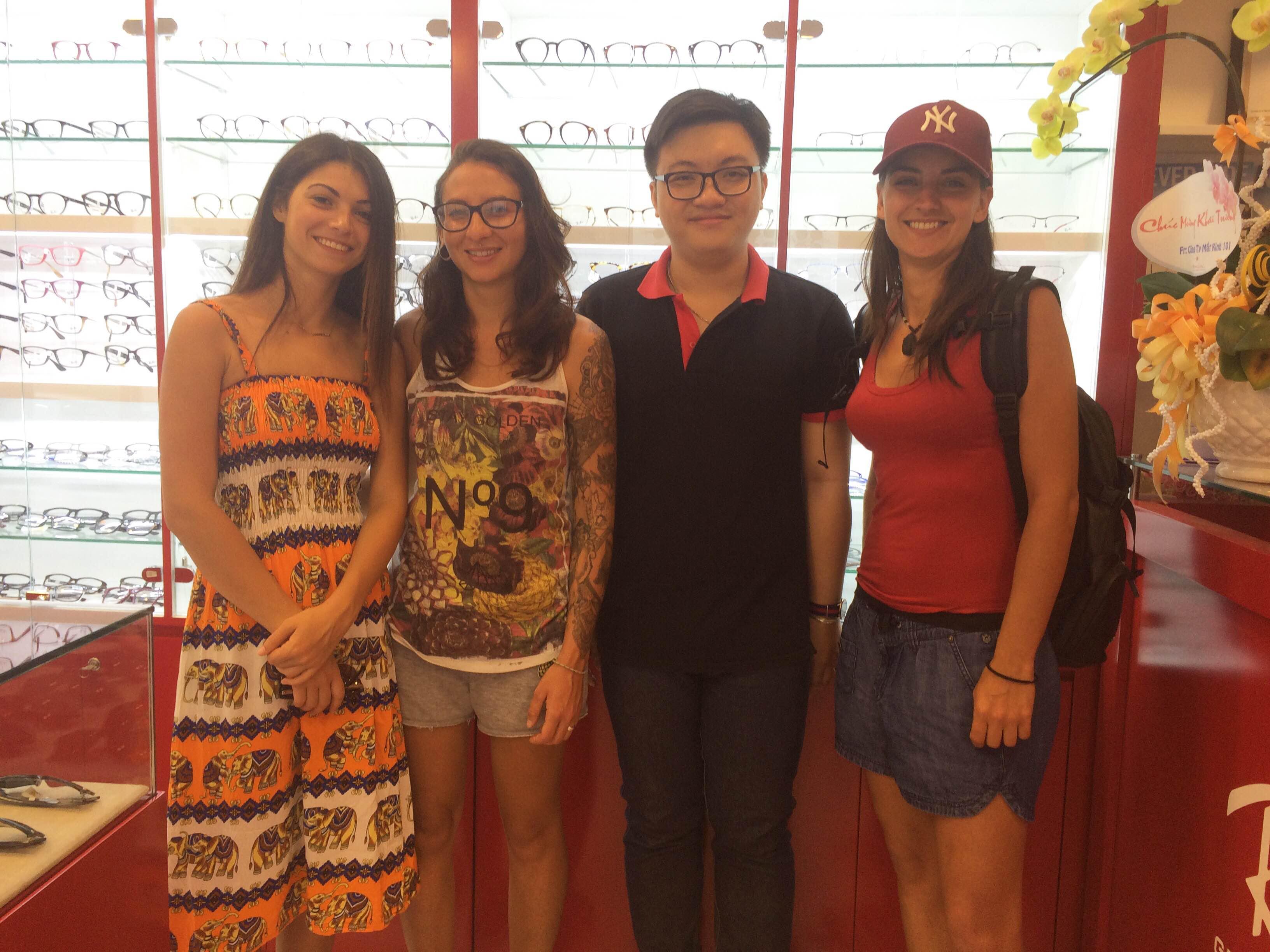 Những vị khách nước ngoài mua Rayban tại Eyewear STORE
