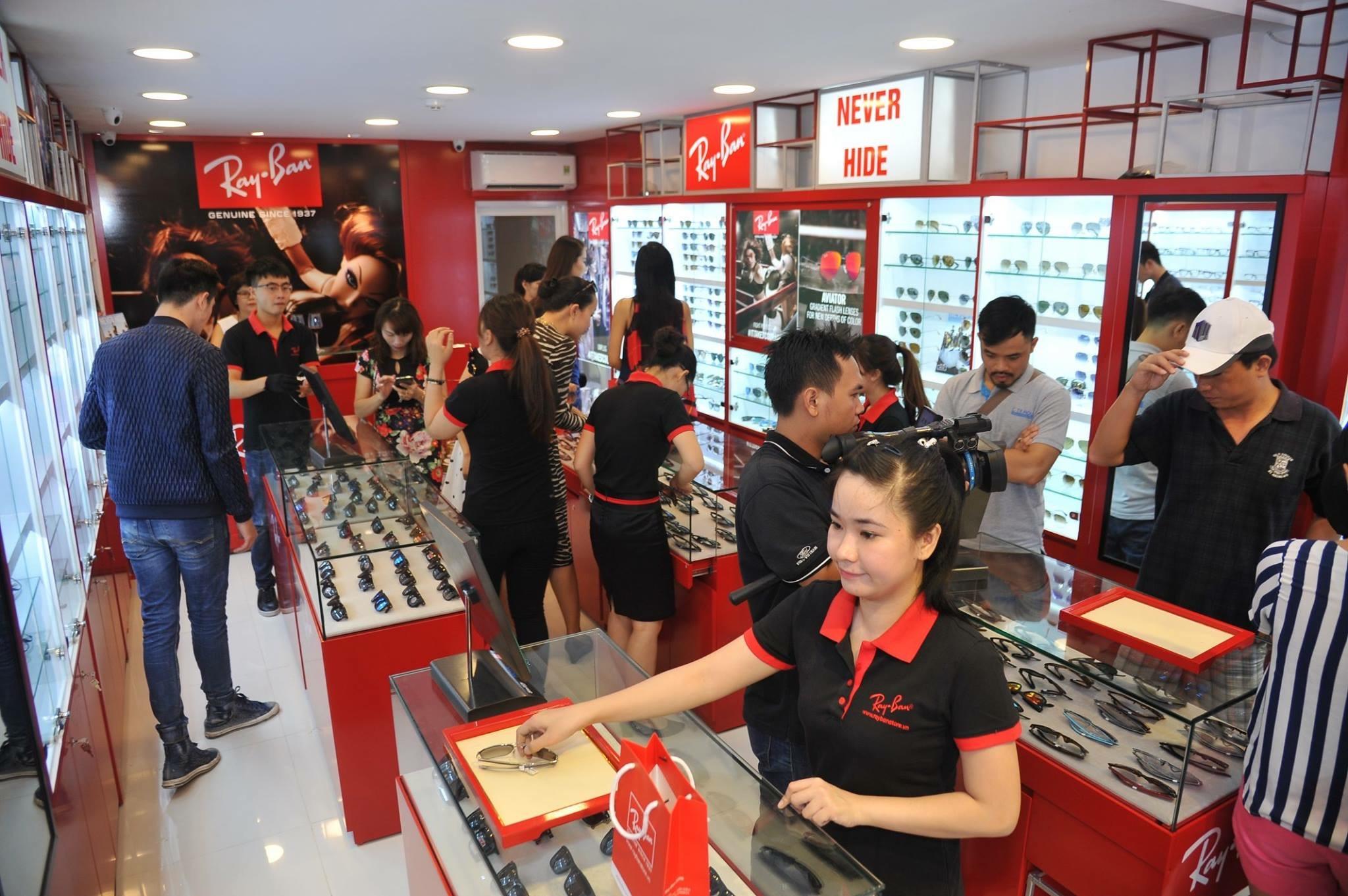Eyewear STORE là đại lý kính mắt Ray-Ban chính Hãng với 3 Showroom Ray Ban lớn nhất tại Việt Nam